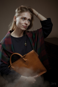 The woman with Bag Music Case от Drasvi Ven