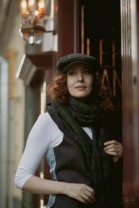 Девушка в кепке и шарфе из тартана