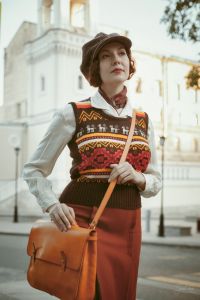 Девушка в восьмиклинке Hanna Hats и сумкой Кузнецов&Якунина