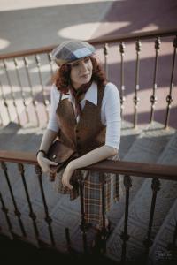 Девушка в восьмиклинке Hanna Hats и твидовой жилетке