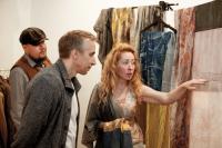Анна Алтабаева показывает платки ручной окраски