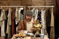 Мужчина в восьмиклинке Stetson пьет чай в шоуруме Фактура Тепла.