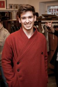 Мужчина в пальто Infundibulum
