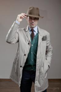 Мужчина с шляпой Tonak в шоуруме Tweed Hat
