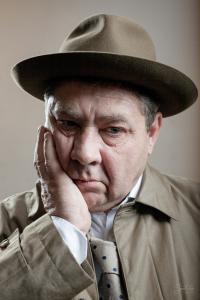 Мужчина в фетровойя шляпе Федора цвета хаки Tonak