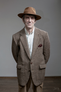 Мужчина в костюме и шляпе